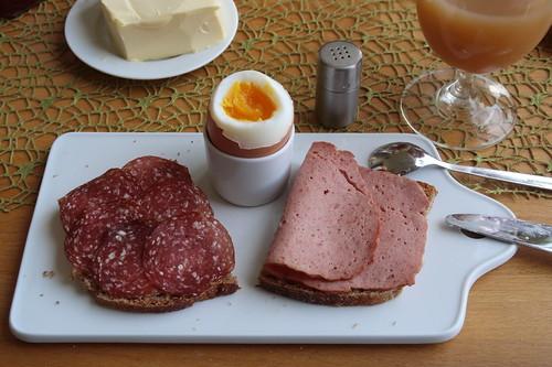 Rindersalami und Rinderfleischkäse auf Dinkelbrot zum Frühstücksei