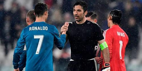 Cristiano Ronaldo Memberikan Pelukan Hangat dan Pujian Untuk Gianluigi Buffon
