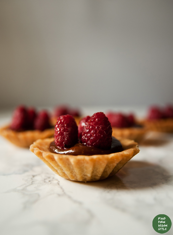 Gluten-free tartlets with carob-tahini cream and raspberries / Kruche babeczki z kremem karobowo-sezamowym i malinami