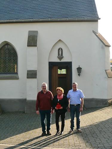 19.10.17 Die Vertreterin der Kreissparkasse überreicht eine Spende von 700.- Euro für die Renovierung des Kapellendachs