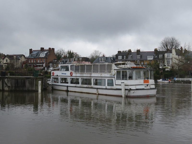 Thames Path - Hampton Court to Weybridge