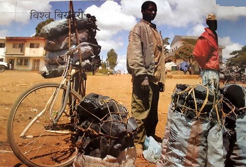 सूखे के कारण खेती छोड़कर कई समुदाय चारकोल उत्पादन से जुड़ने पर बाध्य