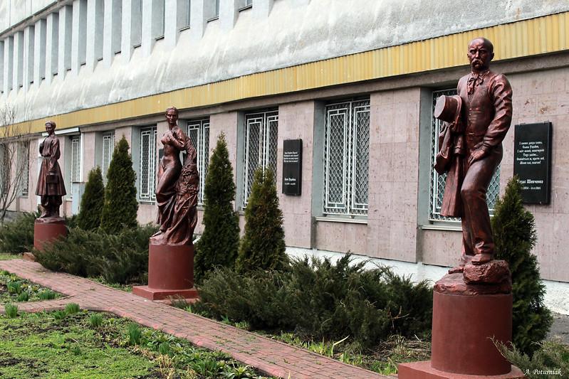 Скульптурна галерея українських просвітителів на території Хмельницького інституту МАУП