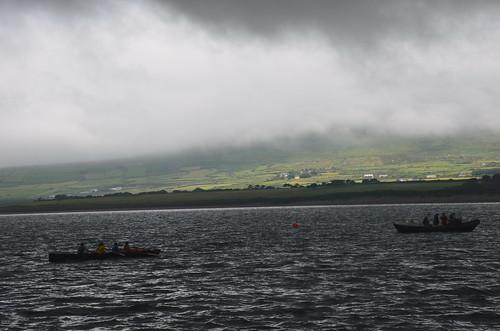 Zwei Ruderboote im Wettstreit in der Bucht von Ventry