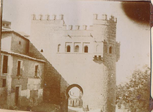 Puerta del Sol en Toledo en 1898. Fotografía de un anónimo francés.