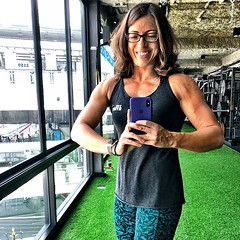 No, I don't know how to #flex, but that can't stop my from mirin this sweet #armpump & visible #chestsplit after today's upper body training :heart_eyes:! #flexingisharderthanitlooks . . Hoping these #muscles are building me a bigger #benchpress too! Slo