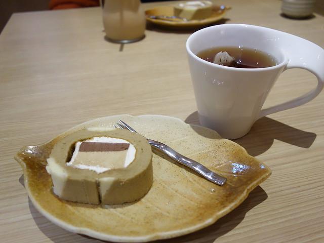 很有趣的提拉米蘇蛋糕捲XD(我本來以為是整塊提拉米蘇啊XD)@桃園恆八味屋日式豬排專賣店