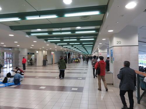 福島競馬場の2階中央のコンコース