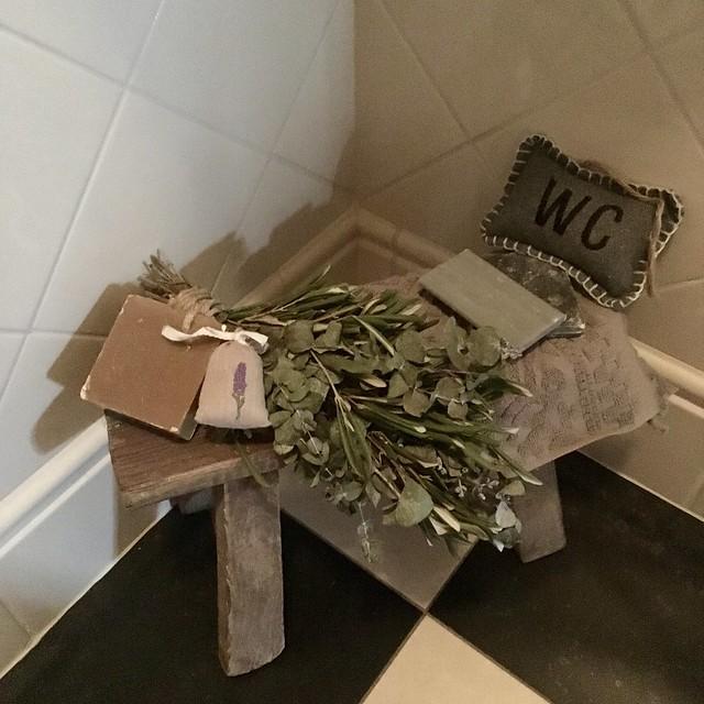 Krukje met toef en zeep in het toilet
