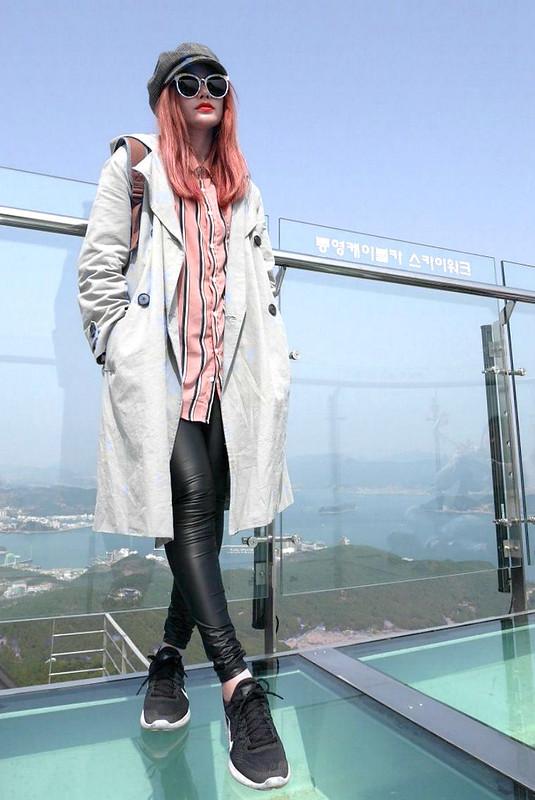 韓國真的有很多特色壁畫村 喜歡拍照的人應該多來晃晃      上衣也是這次在地下街買的 下半身的皮褲是跟小妖借的 風衣是去年2NANA的款式 這件我妹超級愛阿,他前幾天都穿這件 帥氣又率性感,跟什麼穿搭都很好搭 我覺得厚度很適合三月底的釜山  粉紅色條紋的BF風格襯衫 我覺得知性又不會太過於女孩子氣  也不一定要穿一樣的單品 相似的單品就有共同感 (兩個人一起帶姊妹帽) (墨鏡都是GENTLE MONSTER) (突然發現一個人穿直條紋,一個人穿橫條紋)  我自己衣櫃裡沒有幾件皮褲 穿到小妖的皮褲有點驚