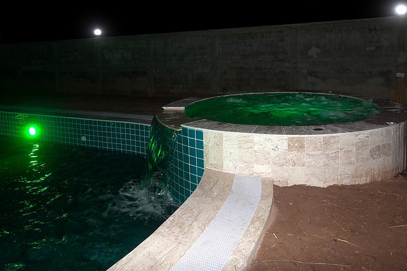 construction d 39 une piscine miroir de forme libre piscines r alisations. Black Bedroom Furniture Sets. Home Design Ideas
