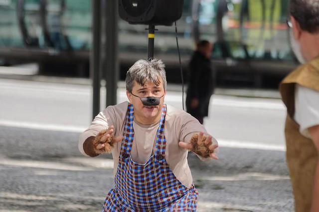 """O público infantil pode assistir diversas peças gratuitas e outras realizadas na rua, como """"A Bruxa e o Lobo""""  - Créditos: Divulgação"""