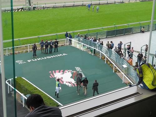 福島競馬場の3階席から眺めるウイナーズサークル