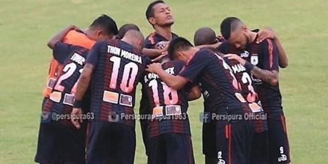http://cafegoal.com/berita-bola-akurat/persipura-jayapura-masih-menjuarai-pucuk-klasemen-liga-1-indonesia/