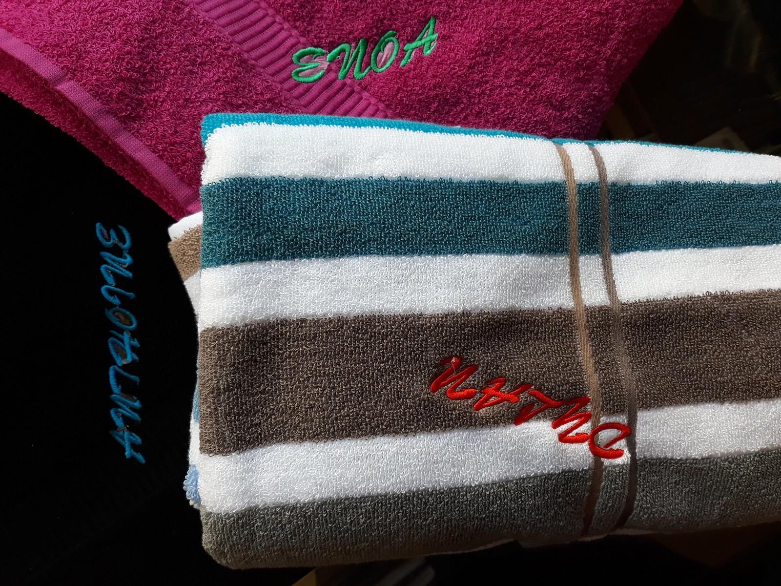 Serviettes de bain brodées