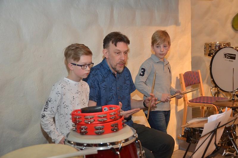 Ludde ger en hjälpande hand till Albin och Eskil