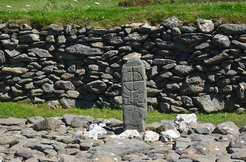 Eine Stele mit einem eingeritzten Kreuz