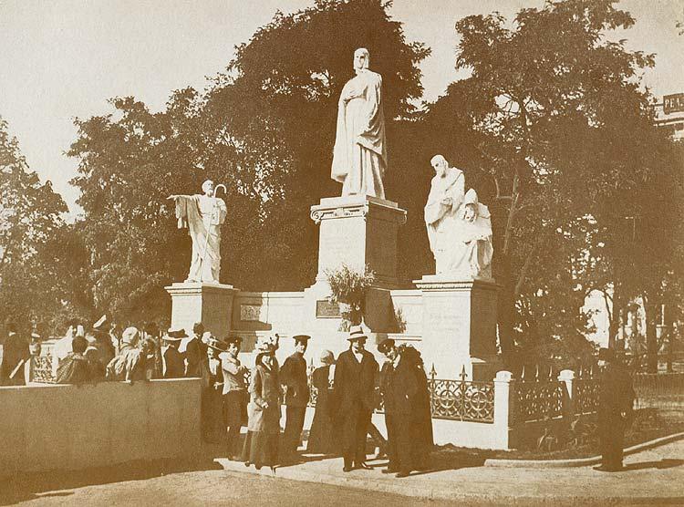 Памятник просвещения на Руси в Киеве