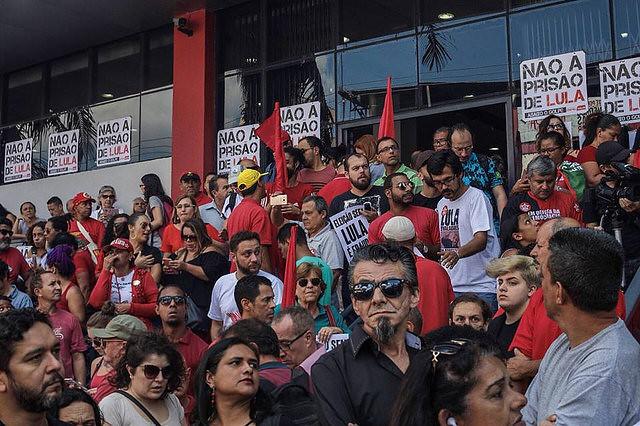 El ex mandatario Luiz Inácio Lula da Silva debería entregarse a la Policía Federal hasta las 15h de este viernes, 6 de abril - Créditos: Mídia Ninja