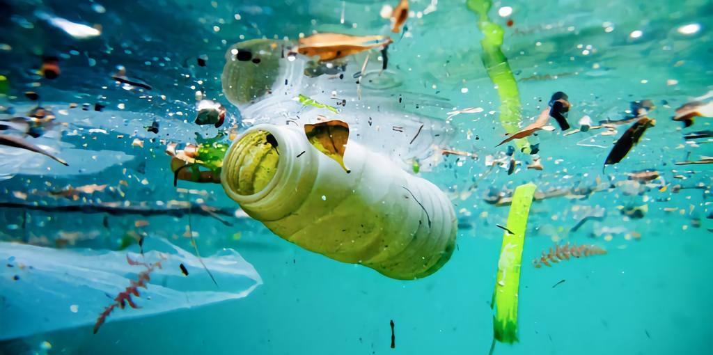 Les inondations ont balayé 43 milliards de pièces en plastique