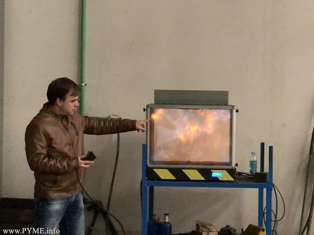 Alberto Fiz imparte una práctica con su laboratorio de fuego.