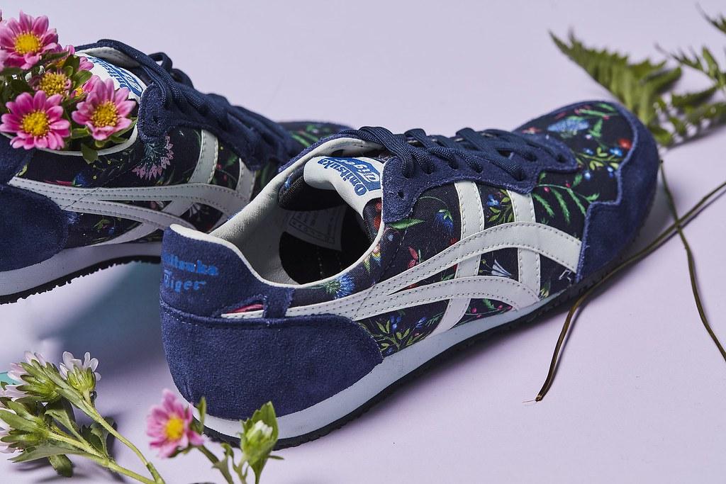 OnitsukaTiger 「 Liberty」系列_SERRANO以深藍色的鞋身凸顯花草圖案的鮮豔亮麗