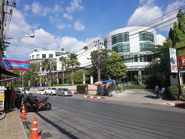 <p>a)ホテルの外観 通りから</p>