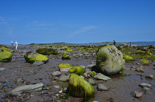 Große Felsen am leeren Strand