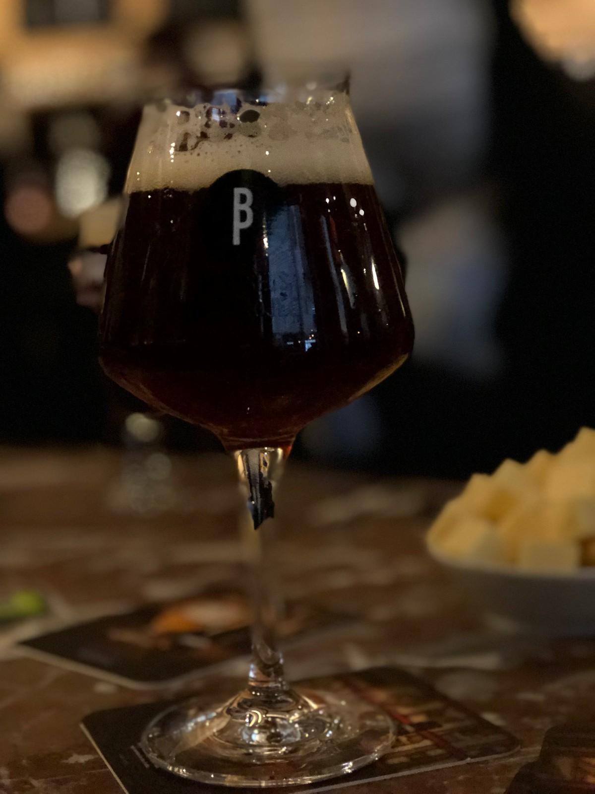 ¡Tenían una carta de cervezas artesanales extensísima! Este tipo de vaso se llama teku y según los expertos es perfecto para el análisis sensorial porque facilita los aromas y retiene la espuma