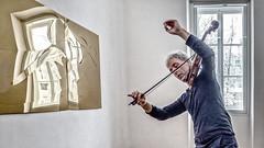 Violonist Harald Kimmig vor der Arbeit Schneeland von Axel Anklam
