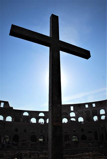 Cruz en el Coliseo de Roma (Italia, 15-10-2017)