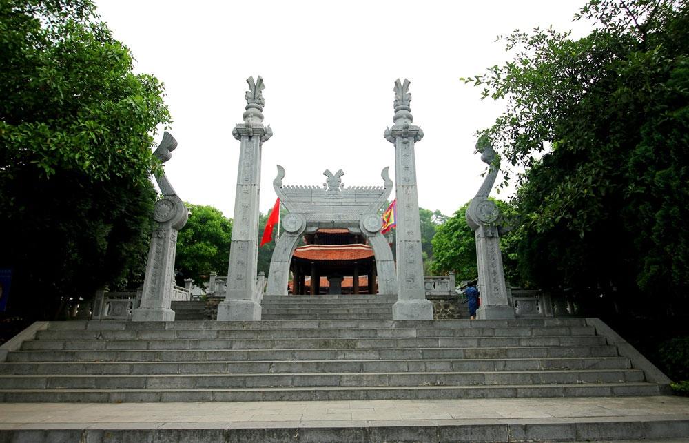 Cổng đền hay còn gọi là nghi môn cũng được xây theo kiểu truyền thống gồm có 4 cột.