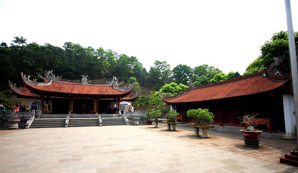 Hai bên sân đền là nhà tả vu, hữu vu xây dựng 5 gian, khung gỗ lim, lợp ngói mũi hài.