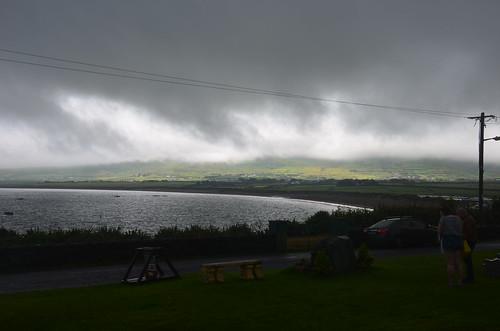 Blick auf die Wolkenverhangene Bucht von Ventry