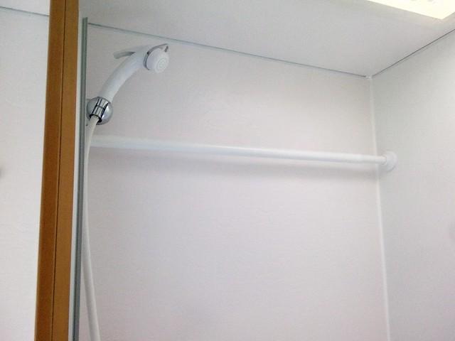 barre de rideau de douche (Ikea) pour faire sécher le linge
