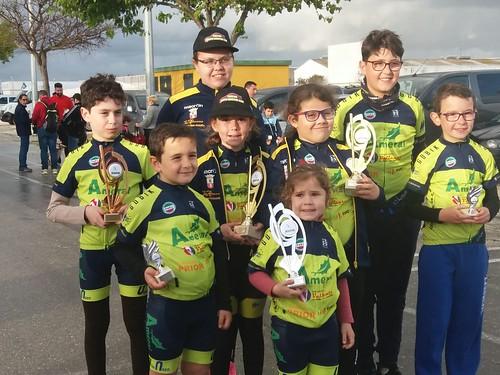 Escuela Ciclista Dos Hermanas Team en una prueba en Chiclana