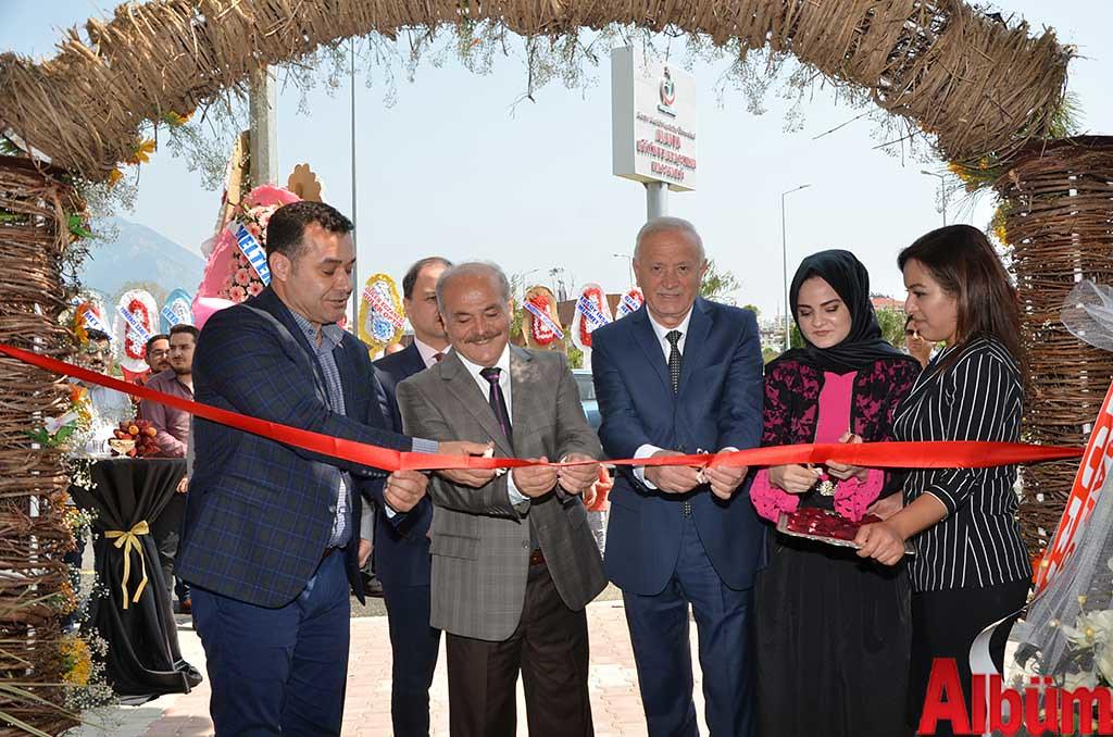 Alanya Belediye Başkanı Adem Murat Yücel, Ahmet Paşaalioğlu, Esnaf ve Sanatkarlar Odası Başkanı Nuri Demir, Nefise Paşaalioğlu