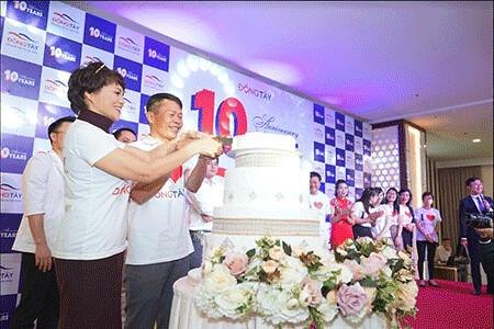 Giám đốc và nguyên Phó Giám đốc cắt bánh sinh nhật