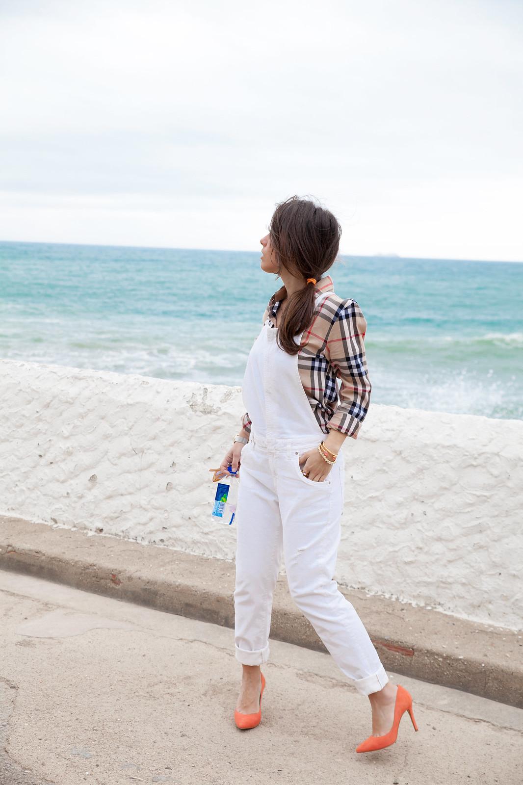 010_Burberry_Outfit_White_overall_Combinar_peto_con_tacones_mas34_theguestgirl_influencer_barcelona