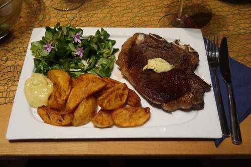 Entrecôte am Knochen mit frittierten Kartoffelecken, frisch angerührter Walnussöl-Honig-Senf-Mayonnaise und Feldsalat (mein Teller)