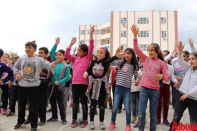 Büyükşehir Belediye Başkanı Menderes Türel'in Antalyalı çocuklara armağanı olan Şeker Portakalı Çocuk Etkinlik Aracı Finike'de