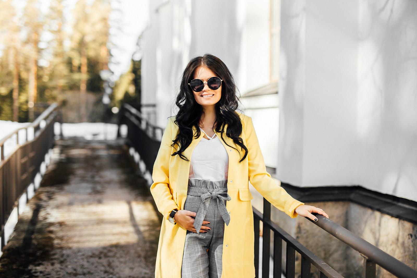 keltainen takki asu