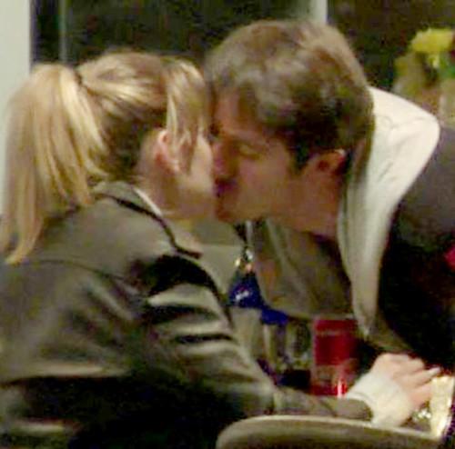 Ünlü oyuncu sevgilisiyle öpüşürken yakalandı