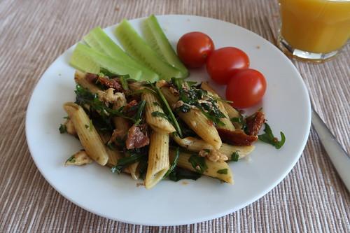 Nudelsalat, Gurkensticks und kleine Tomaten