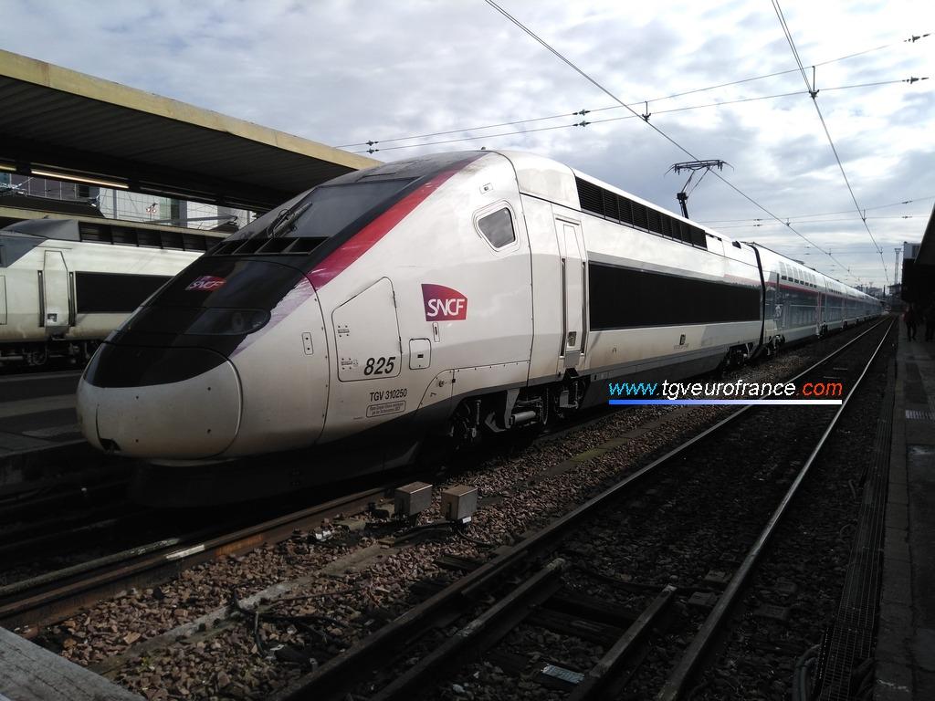 Un TGV RGV 2N 3UF (la rame Euroduplex 825) à Paris Gare de Lyon le 5 mars 2018