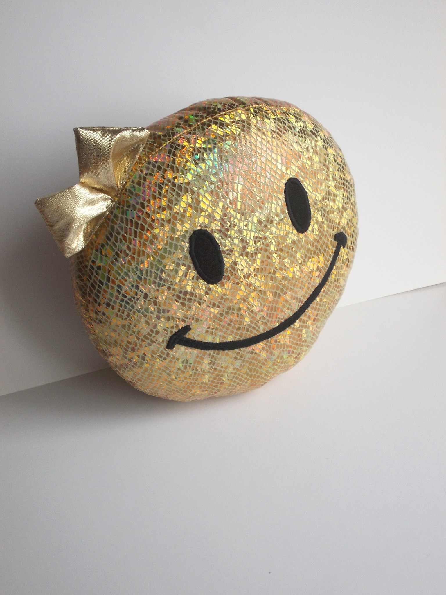 hologram smiley face, golden smiley stuffed toy_15