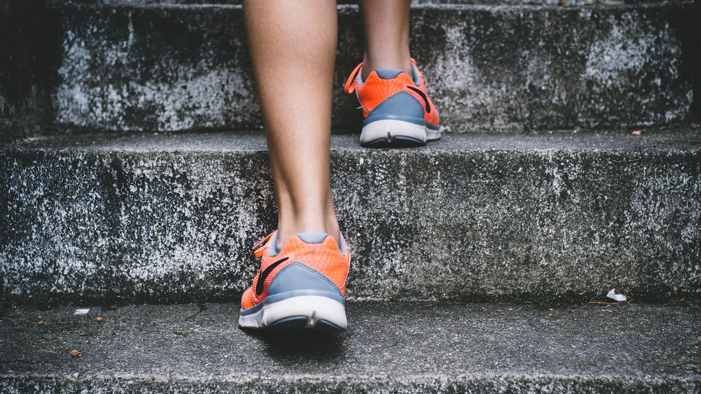 A runner's feet climbing some steps (photo Bruno Nascimento on Unsplash 149663)