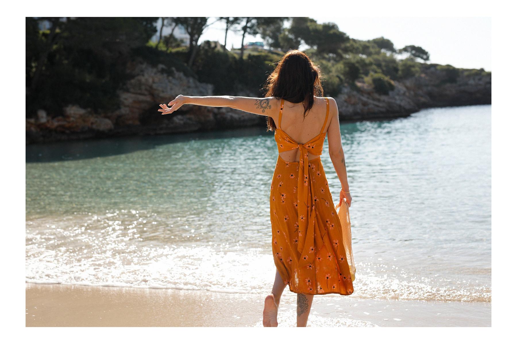 mallorca cala d'or esmeralda beach outfit ootd mood strand shooting mode fashionblogger blogger reiseblog fauthfull the brand asos kleid ocker ochre style bloggers stylist catsanddogsblog ricarda schernus düsseldorf 4