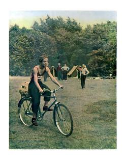 44 Велосипедист и туристы