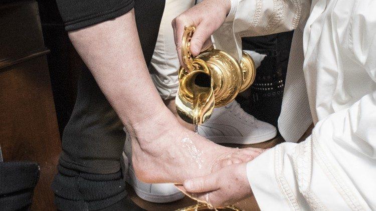 Rửa chân - Chúa Giêsu cúi xuống để cứu những con chiên lạc